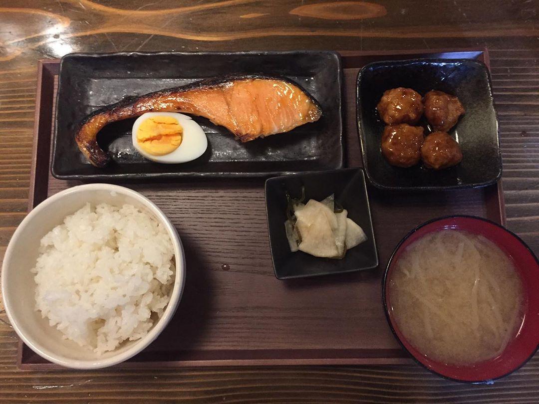 スタッフブログ|焼き魚定食MAREMIさんの日替り定食#焼き魚定食#鮭定食#折本町ランチ - from Instagram